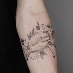 tatuaje de tiburon y flores