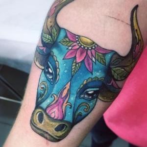 tatuaje de toro a color
