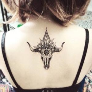 tatuaje de toro en la espalda
