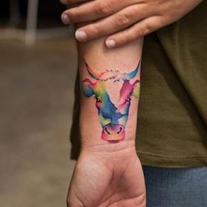 tatuaje de toro watercolor