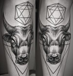 tatuaje en la pierna de toro