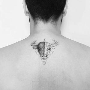 tatuaje pequeño de toro en la espalda
