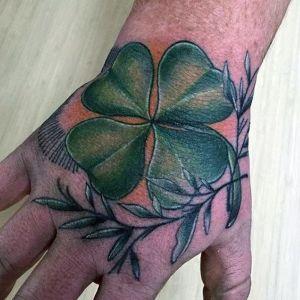 tatuaje de trebol en la mano