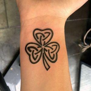 tatuaje de trebol en negro