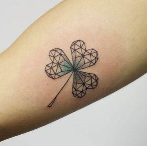 tatuaje de trebol geometrico