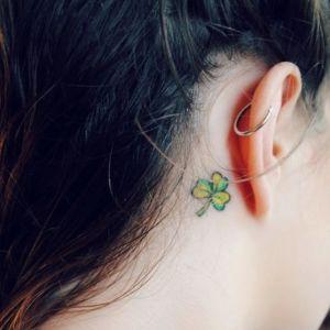 tatuaje de trebol para chica