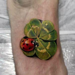 tatuaje de trebol y mariquita