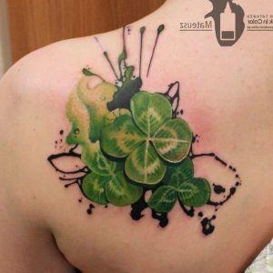 tatuajes de treboles en la espalda