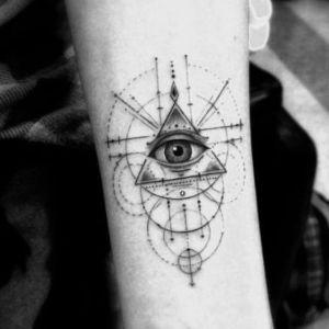 tatuaje de triangulo ojo
