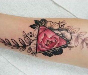 tatuaje de triangulo rosa