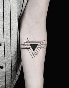 tatuaje de triangulos en el antebrazo