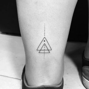 tatuaje de triangulos en la pierna